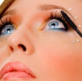 Operácia očí: čím sa bezpečne líčiť?
