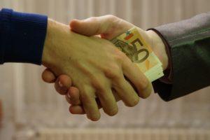 Vybaviť pôžičku na pobočke alebo online? Aké sú ich výhody a nedostatky?