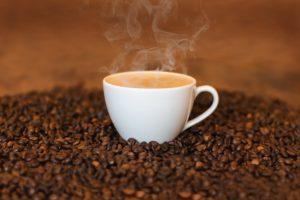 Je káva naozaj životabudič?