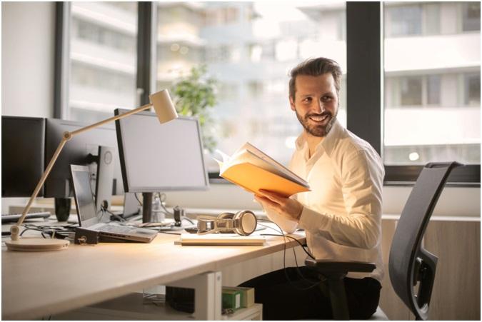muž za počítačom