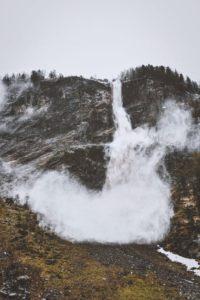 Čo spôsobuje lavínu a ako sa ochrániť, ak hrozí jej pád?